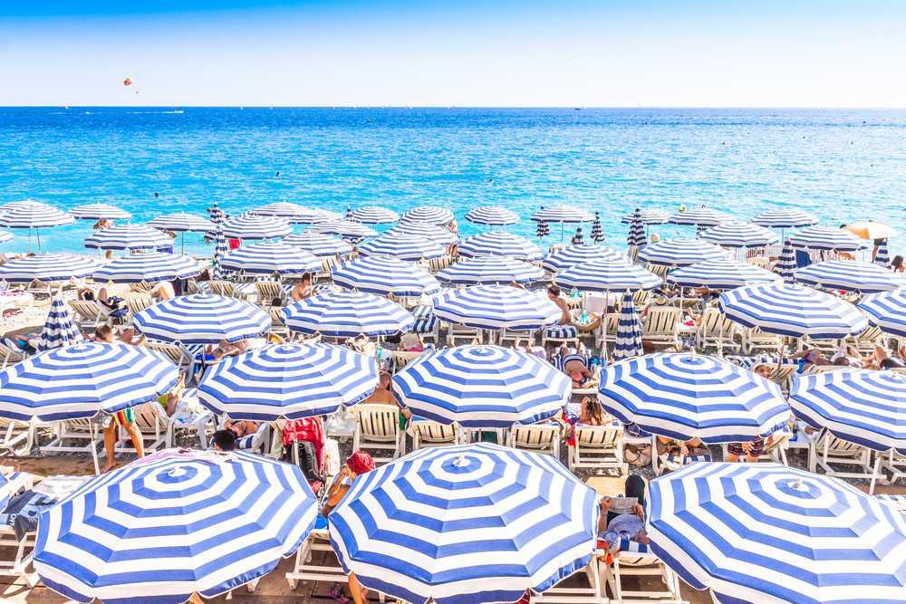 A praia de Nice, cidade onde o sol brilha em média 112 dias por ano.