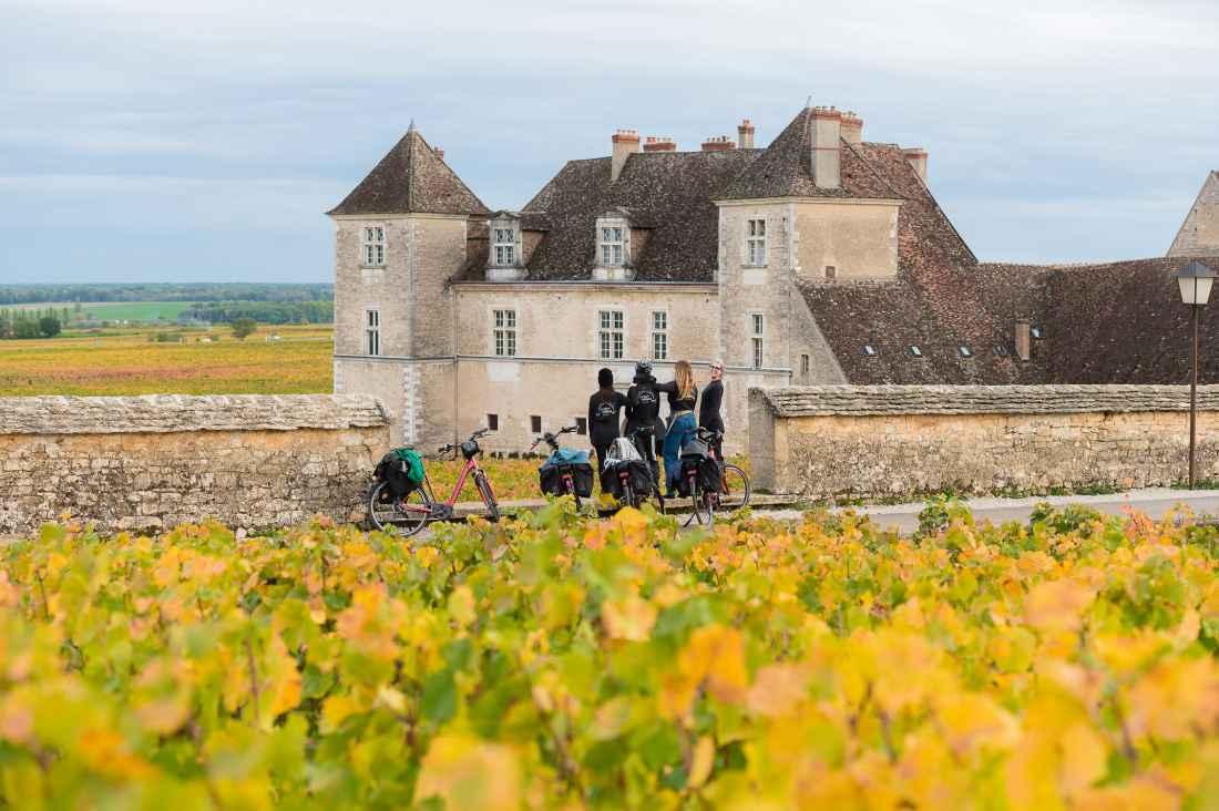 Borgonha: As vinhas e o castelo Clos de Vougeot, sede da Confraria dos Cavaleiros de Taste Vin.