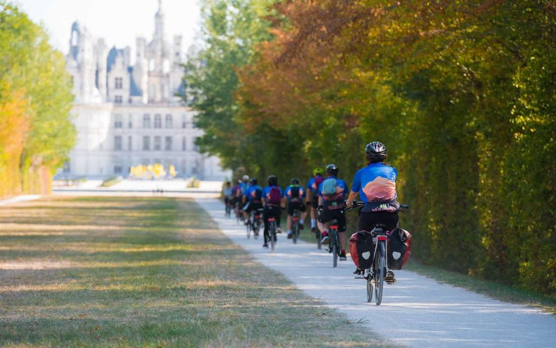 Chegando de bike ao Castelo Chambord no Vale do Loire