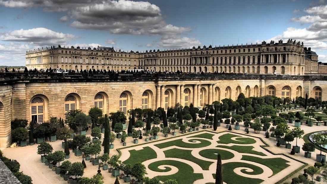O castelo de Versalhes nas proximidades de Paris.